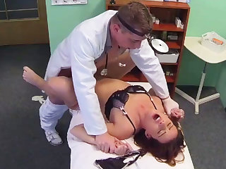 Doctor makes her patient's pussy wet