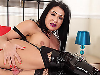 British Milf Nicole DuPapillon Wants To Fist Her Cunny