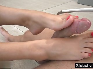 Darkhaired Babe porn babe footjob with ejaculation