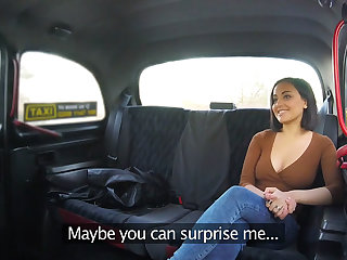 Yasmeena gets a free hot sex in the cab